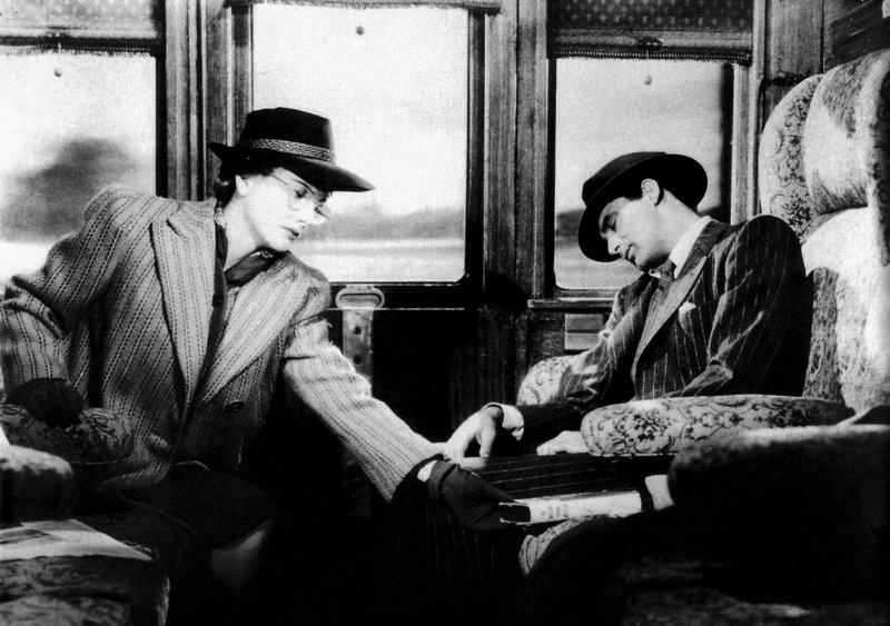 Im Zug lernt Lina (Joan Fontaine) einen interessanten jungen Mann (Cary Grant) kennen. – Bild: ZDF und Walter Kirchner/Neue Filmkunst