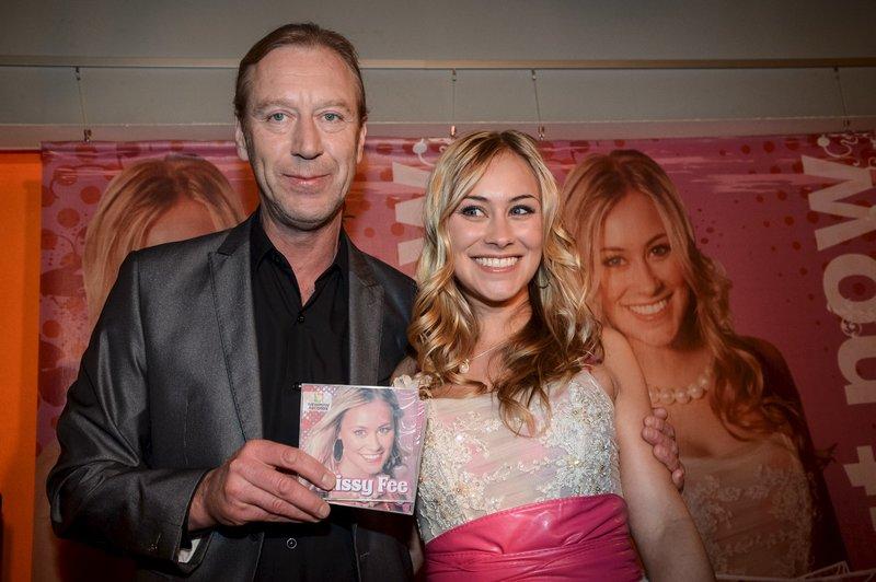 Label-Chef Fred Neumann (Oliver Stritzel, l.) stellt Missy Fees (Sina Tkotsch, r.) erste CD auf einer Pressekonferenz vor. – Bild: ZDF und Uwe Frauendorf