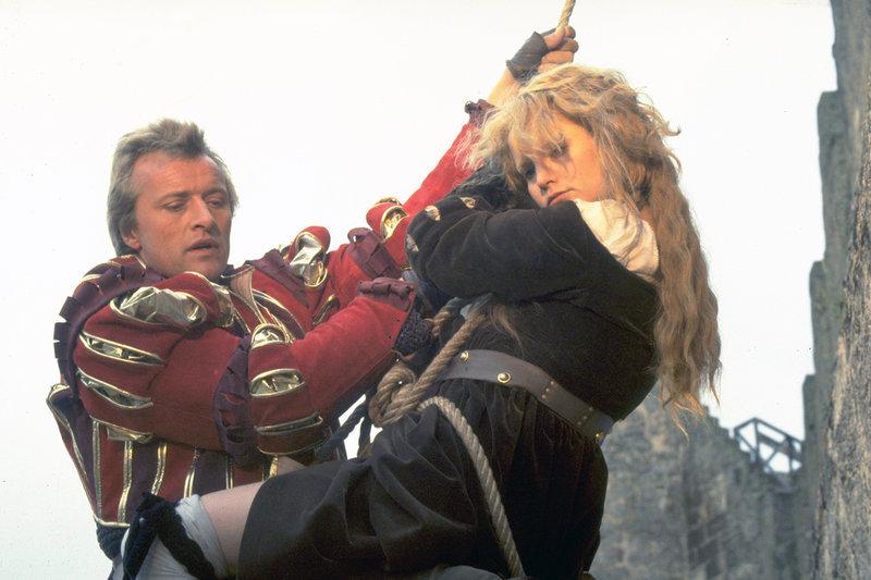 Agnes (Jennifer Jason Leigh) versucht, sich mit ihrem Entführer und Peiniger Martin (Rutger Hauer) gut zu stellen. Oder ist sie schließlich doch auf seiner Seite? – Bild: MGM / ARTE France