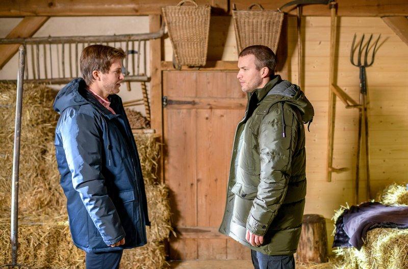 Tim (Florian Frowein, r.) verblüfft Boris (Florian Frowein, l.) mit einer kühnen Idee. – Bild: ARD/Christof Arnold