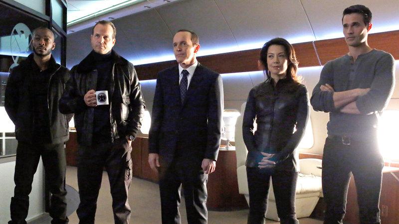 Die Agenten Triplett (B.J. Britt, li.) und Garrett (Bill Paxton, 2.v.li.) sind zurück, um Phil Coulsons Team dabei zu helfen, einen ruchlosen Gegenspieler von S.H.I.E.L.D. zu finden - den Hellseher. – Bild: RTL II