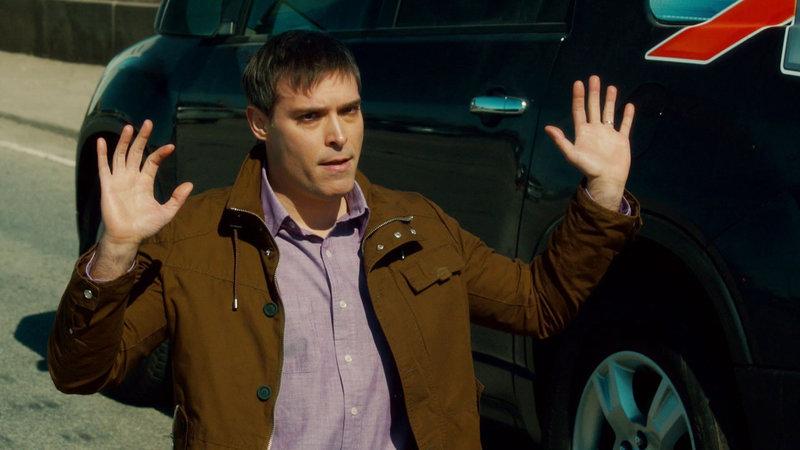 Mike Kaplan (Frank Chiesurin) hat eine Affäre mit der Ehefrau des Mordopfers. Hat er seinen Konkurrenten umgebracht? – Bild: TVNOW / KING FILM PRODUCTIONS II / BETA FILM