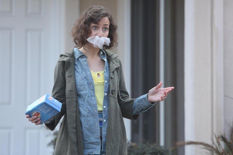 Carol (Kristen Schaal) freut sich darüber, dass Melissa und Todd zueinander gefunden haben. Unterdessen will Phil nichts mehr, als Todd loszuwerden, um doch noch mit Melissa schlafen zu können ... – Bild: 2015 Fox and its related entities. All rights reserved. Lizenzbild frei
