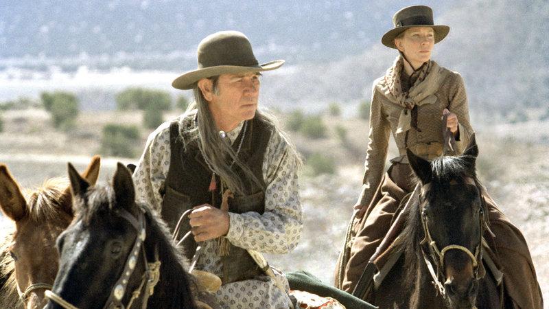 Maggie Gilkeson (Cate Blanchett) und ihr Vater Samuel Jones (Tommy Lee Jones) verfolgen die gewalttätige Bande, die Maggies Tochter Lily verschleppt hat.. – Bild: Nitro