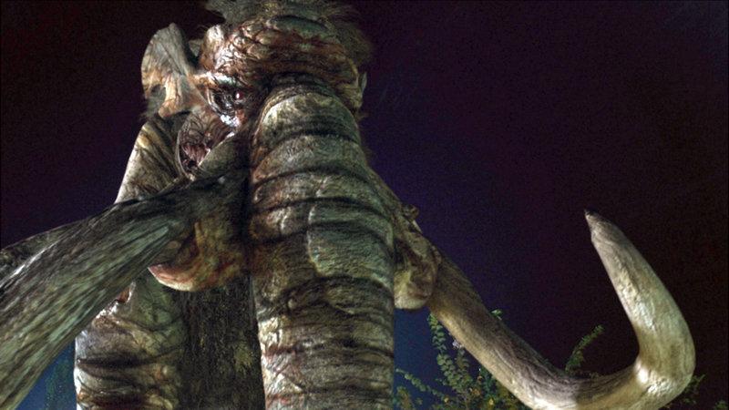 Ein mittels Alien-Technologie aus seinem 40.000-jährigen Tiefschlaf gewecktes Mammut verbreitet Angst und Schrecken im Kleinstädtchen Blackwater. – Bild: RTL II