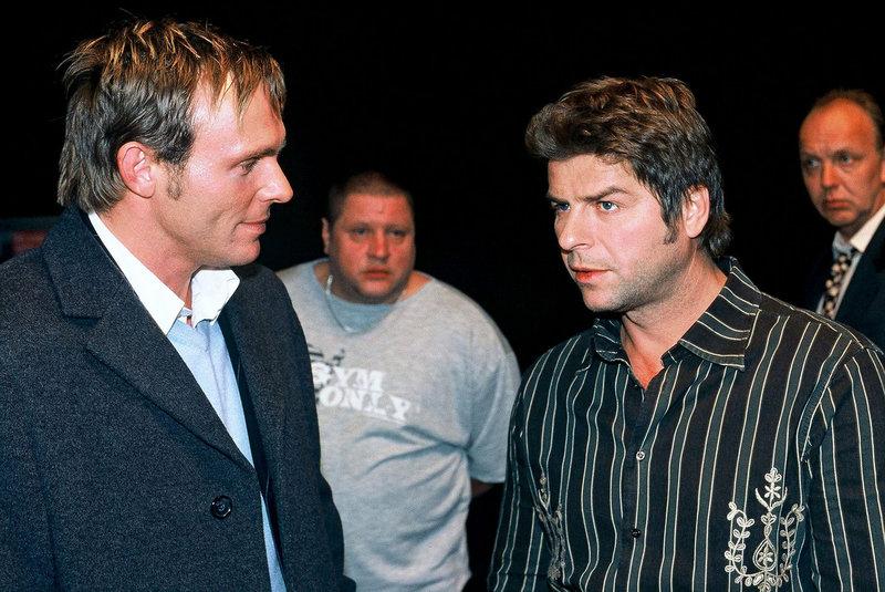 Jupp (Uwe Fellensiek, r.) ist es peinlich, dass er beim Rollenspiel von Falk (Dirk Martens, l.) angetroffen wurde. – Bild: Sat.1 Gold