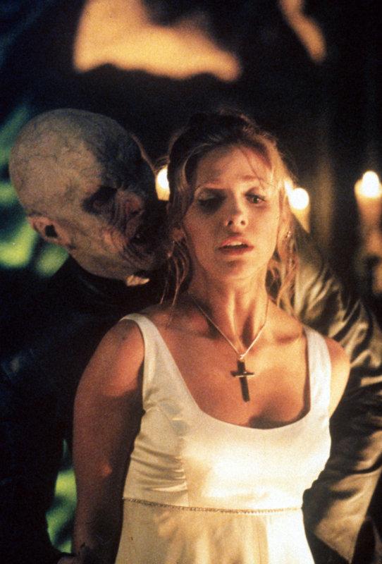 Buffy (Sarah Michelle Gellar, r.) tritt zum letzten Gefecht gegen den Meister der Vampire (Mark Metcalf) an ... – Bild: sixx
