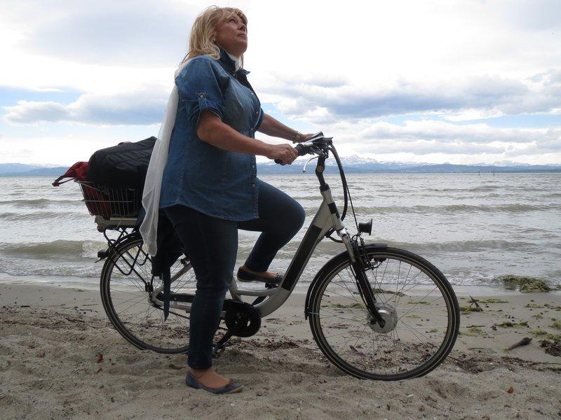 Land, Wasser, Luft - Radlerin Gertraud Dinzinger schaut dem Zeppelin nach, mit dem sie noch über den Bodensee fliegen wird. – Bild: BR/BR