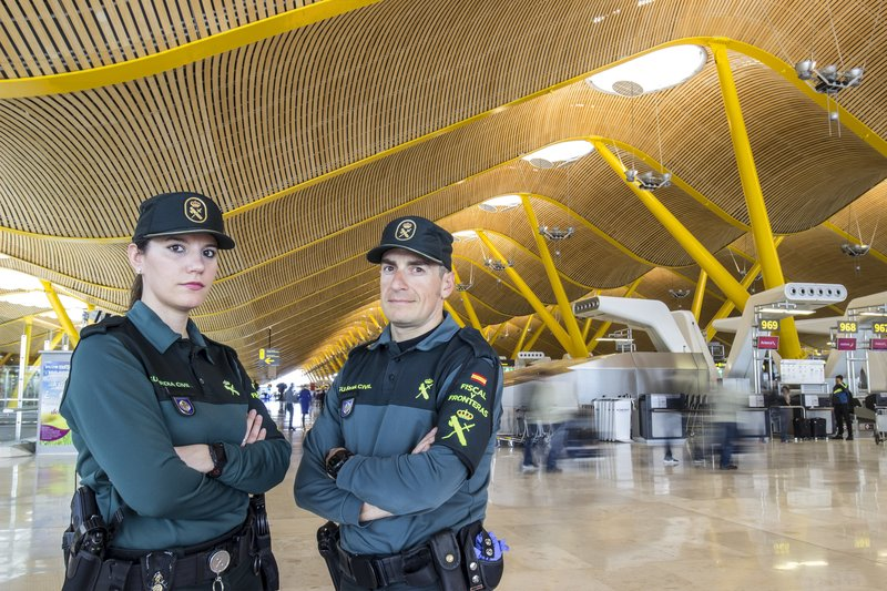 Members of the Spanish airport guard. – Bild: CINE NATURALEZA Y TELEVISION S.L / Discovery Communications.