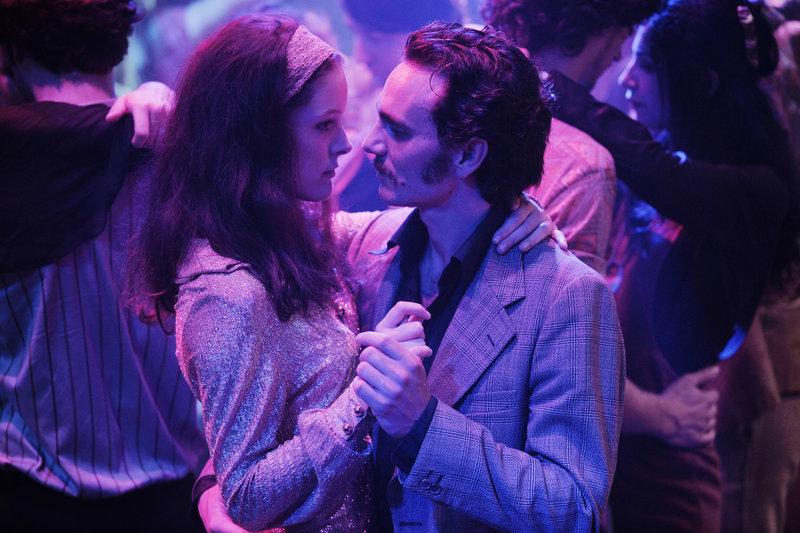 Schon in jungen Jahren funkte es zwischen Janou (Stéphane Caillard) und Momon (Dimitri Storoge). Ihre Liebe hält bis heute an, doch wird ihre Ehe nun auf eine harte Probe gestellt. – Bild: ZDF und JEROME PREBOIS