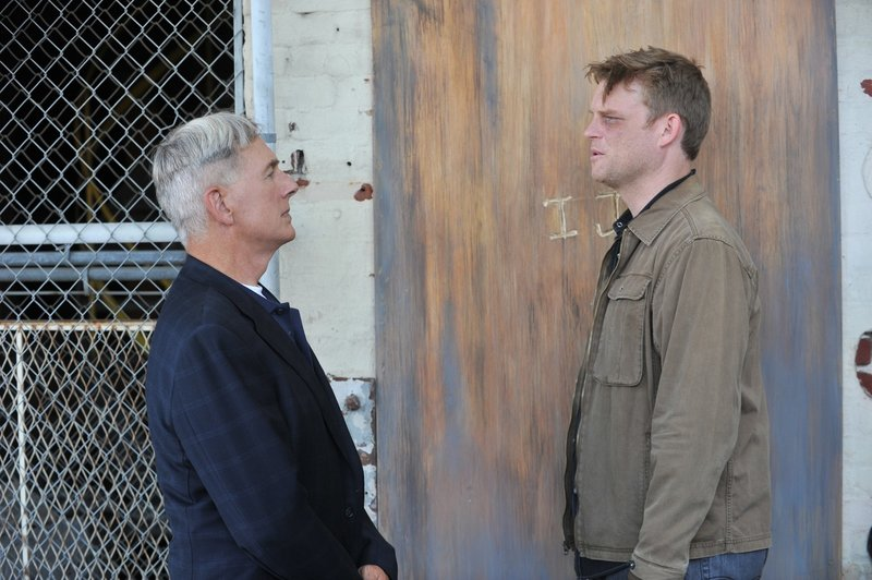 Bei den Ermittlungen in einem neuen Mordfall stoßen Gibbs (Mark Harmon, l.) und sein Team auf den Marinekapitän Joe Wescott (Brad Beyer, r.). Doch hat er wirklich etwas damit zu tun? – Bild: Sat.1