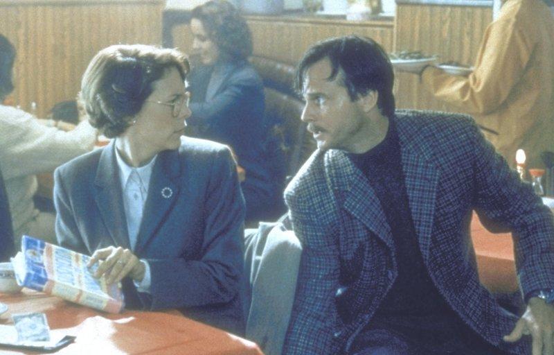 Während Harry im Einsatz ist, hat Helen (Jamie Lee Curtis, l.) ein Stelldichein mit dem vermeintlichen Geheimagenten Simon (Bill Paxton, r.). Da kommt ihr Mann ihr auf die Schliche ... – Bild: 20th Century Fox Film Corporation Lizenzbild frei