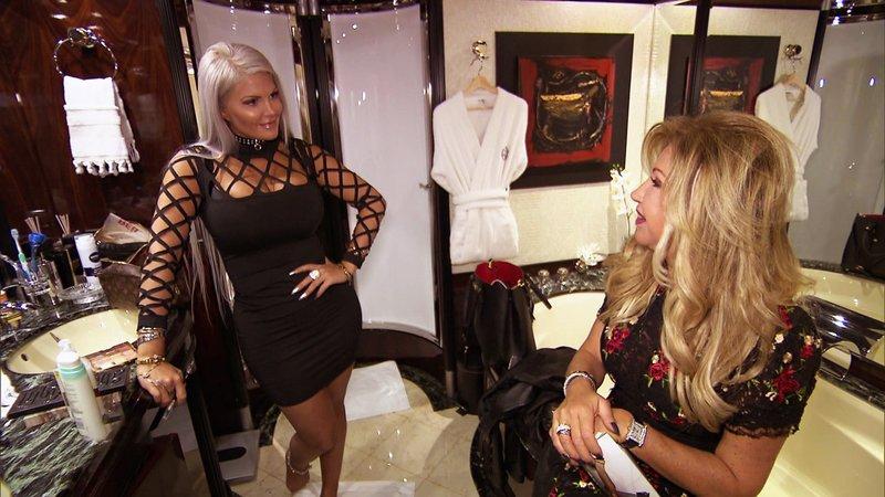 Auch Sophie Vegas (li.) ist dem Ruf von Carmen (re.) und Robert gefolt und Gast der Party – Bild: RTL II