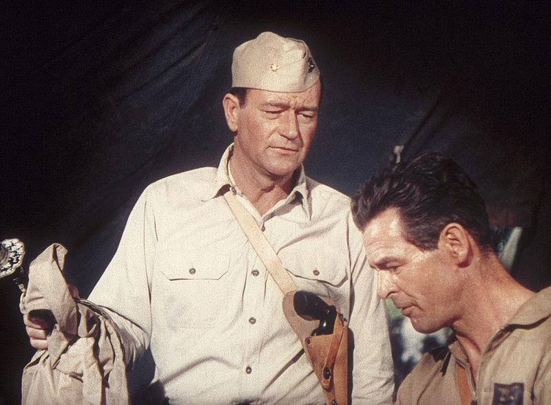 """Kommandant Dan Kirby (John Wayne,l.) hat eine Menge Feinde bei der Kampfflieger-Truppe """"Wildkatze"""". Erst als es zu einem riskanten Einsatz kommt, schließt er Freundschaft mit dem Staffelkapitän Carl Griffin (Robert Ryan)... – Bild: TMG"""