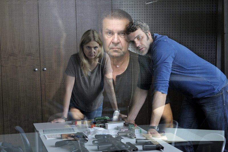 Vera Lanz (Katharina Böhm, l.) und Jan Trompeter (Stefan Rudolf, r.) beobachten die Vernehmung von Danil Suckow (Jurij Rosstalnyj, M.). – Bild: Network Movie/Jacqueline Krause-Burberg