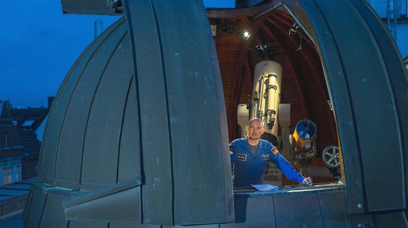"""Alexander Gerst steht für """"Die Sendung mit der Maus"""" vor der Kamera – aus einem Planetarium präsentiert der Astronaut seine neueste Sachgeschichte. Darin nimmt er den Mond unter die Lupe – genau 50 Jahre nachdem der erste Mensch den Mond betrat. – Bild: WDR/Klaus Görgen"""