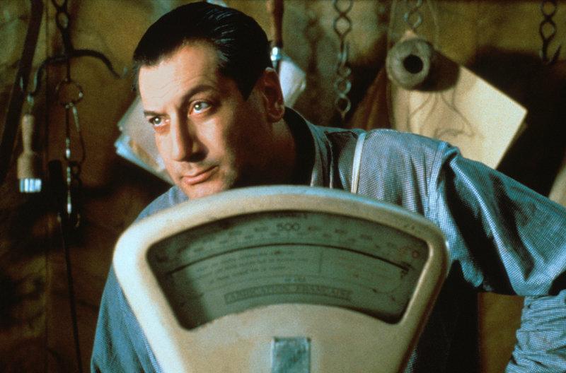 Schlachter Clapet (Jean-Claude Dreyfus) weiß, wie man in schlechten Zeiten gute Geschäfte macht. – Bild: WDR/Miramax Films 1991