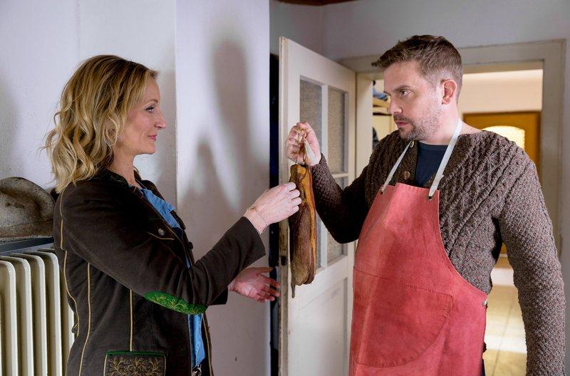 Barbara Hansen (Monika Gruber, l.) will auf dem Hof von Bauer Meißner (Sebastian Bezzel, r.) einen Räucherschinken kaufen. – Bild: NDR/ARD/TMG/Arvid Uhlig