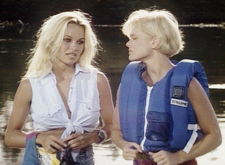 Casey Jean (Pamela Anderson, l.), Shauni McClain (Erika Eleniak) – Bild: RTL NITRO / Betafilm