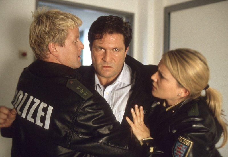 Christian (Francis Fulton-Smith, M.) ist außer sich vor Wut - die Polizistin Remanaka Walter (Aline Hochscheid, r.) und ihr Kollege Herrmann Wiebel (Michael Schiller, l.) können ihn kaum zurückhalten. – Bild: MDR/ARD/Norbert Kuhröber