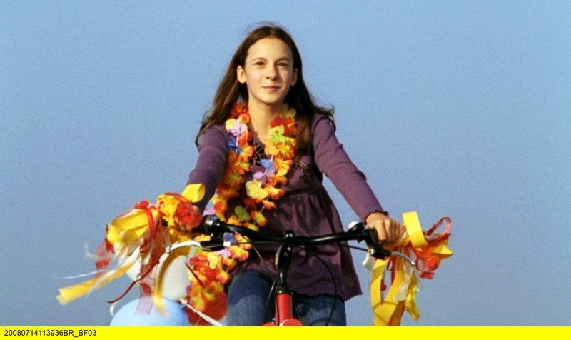 Seit der Trennung ihrer Eltern lebt Nina (Gina Holzapfel) bei ihrer Mutter. Von ihrem Vater hat sie zum Geburtstag ein Fahrrad geschenkt bekommen. – Bild: BR/Bell