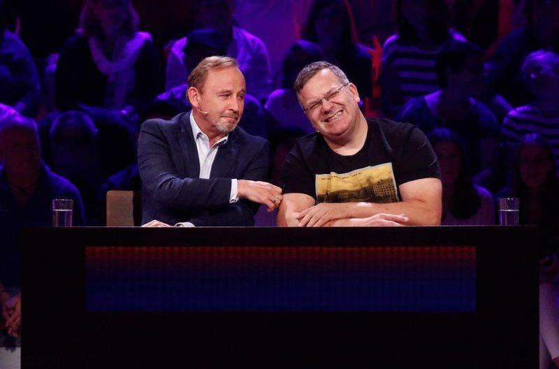 Rateteam-Kapitän Elton (r.) und der Schauspieler Alexander Held (l.) bilden ein Rateteam. – Bild: ARD/Morris Mac Matzen