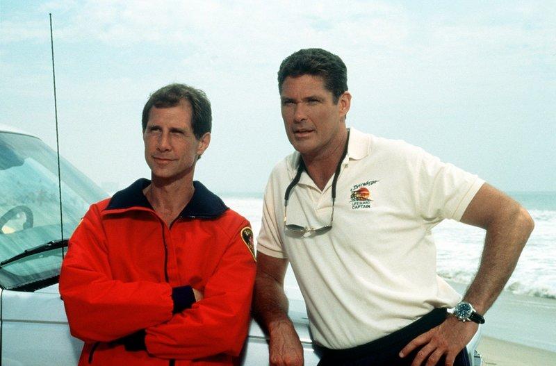 Craig Pomeroy (Parker Stevenson, l.), früher selbst Rettungsschwimmer, lässt sich von Mitch (David Hasselhoff) überreden, wieder bei Baywatch einzusteigen. – Bild: Nitro.