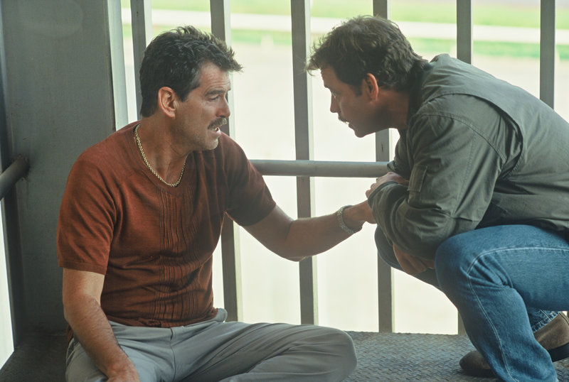 Eine ungewöhnliche Freundschaft: Auftragskiller Julian (Pierce Brosnan, l.) und Geschäftsmann Danny (Greg Kinnear, r.). – Bild: ZDF und D. Daza