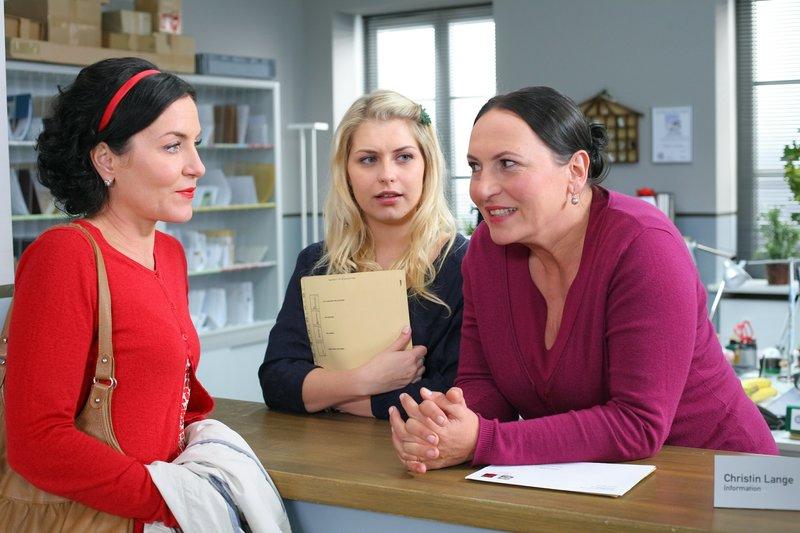 Im Kommissariat kümmern sich die Damen Miriam Stockl (Marisa Burger, l.), Christin Lange (Sarah Thonig, M.) und Marianne Grasegger (Ursula Maria Burkhart, r.) mal wieder um die Gerüchteküche. – Bild: ORF 2