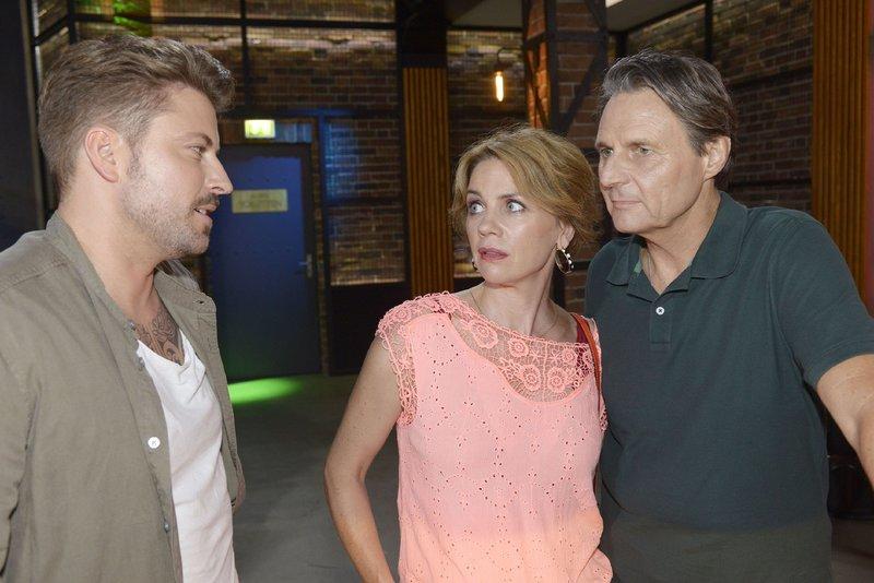 Gerner (Wolfgang Bahro, r.) und Yvonne (Gisa Zach) erfahren von John (Felix von Jascheroff), dass Leon seine Rückkehr plant. – Bild: TVNOW / Rolf Baumgartner