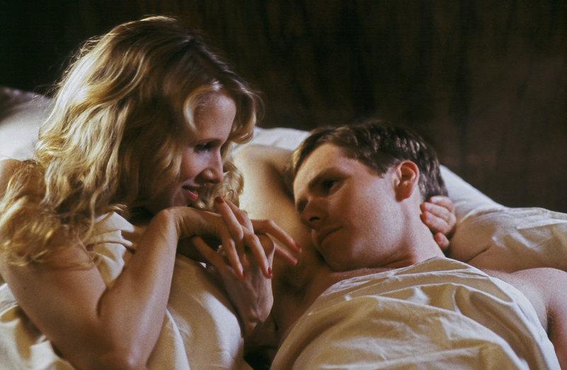 Tom Fennel (Shaun Evans) lässt sich auf eine Beziehung mit der aufstrebenden Jungschauspielerin Avice Crichton (Lucy Punch) ein. – Bild: ATV II
