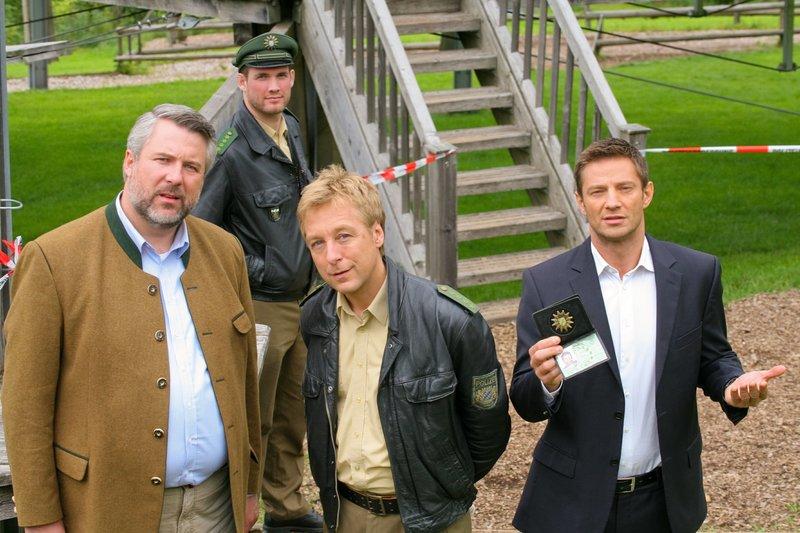 Der Besitzer eines Kletterparks wurde erschossen. Jetzt ermittelt die Rosenheimer Mordkommission Stadler (Dieter Fischer, l.), Mohr (Max Müller, 2.v.r.) und Hansen (Igor Jeftic, r.). – Bild: ORF 2