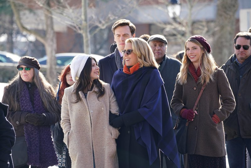"L-R: Kathrine Herzer as Alison McCord, Erich Bergen as Blake Moran, Téa Leoni as Elizabeth McCord, and Wallis Currie-Wood as Stephanie ""Stevie"" McCord – Bild: Sarah Shatz / Die Verwendung ist nur bei redak / CBS ENTERTAINMENT / © CBS Broadcasting Inc."