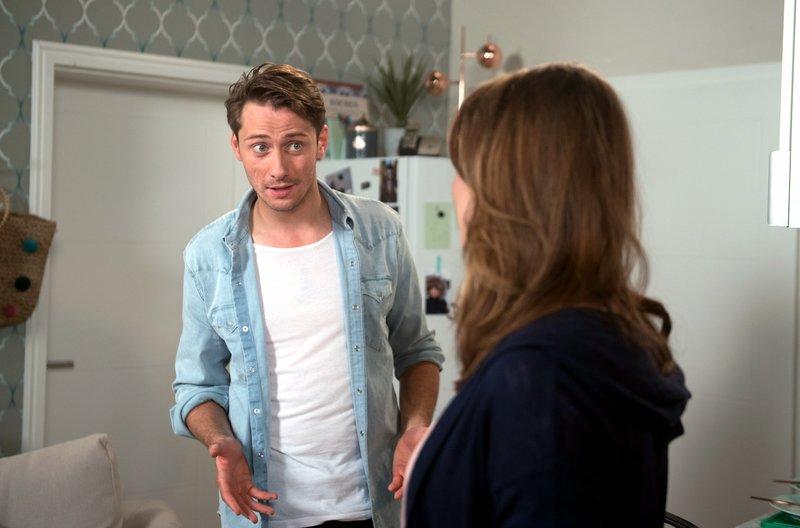Alex (Philipp Oliver Baumgarten, r.) ist völlig überrumpelt, als er erfährt, dass Judith (Katrin Ingendoh, r.) seine Bewerbung bei Carla eingereicht hat. – Bild: ARD/Nicole Manthey