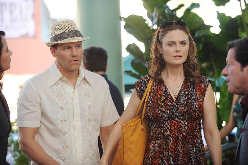 Booth (David Boreanaz) und Booth (Emily Deschanel) nutzen ihre Flitterwochen in Argentinien, um dem dortigen Inspector, der ein großer Fan von Brennan ist, bei der Aufklärung eines Mordes zu helfen. – Bild: TVNOW / FOX
