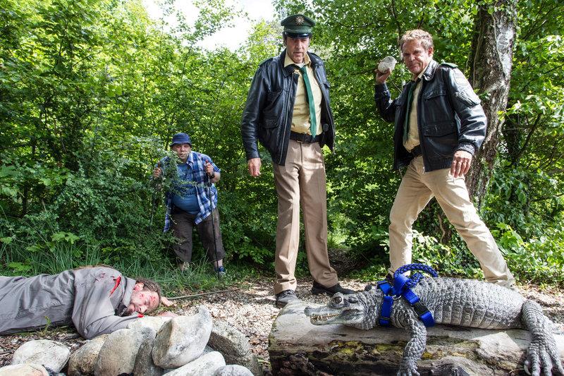 Tierischer Mordfall: Franz Hubert (Christian Tramitz, r.) und Johannes Staller (Helmfried von Lüttichau, l.) wissen nicht, was sie mehr schockiert - das Krokodil oder die Leiche ... – Bild: Sat.1 Emotions