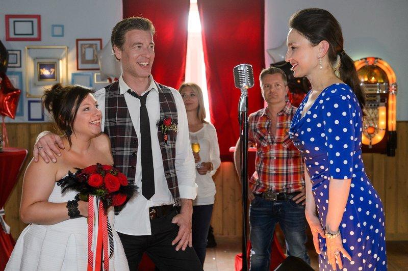 Simone (Tatjana Clasing, r.) berührt mit ihrer Rede über die Liebe nicht nur Vanessa (Julia Augustin, l.) und Christoph (Lars Korten, 2.v.l.), sondern auch Gäste wie Diana (Tanja Szewczenko) und Ingo (André Dietz). – Bild: RTL Passion