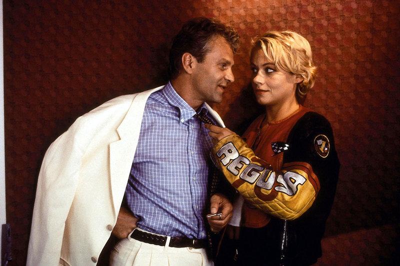 Liebe auf den ersten Blick: Marie (Jennifer Nitsch) geht Xaver (Peter Sattmann) bereits im Lift an die Wäsche. – Bild: ORF