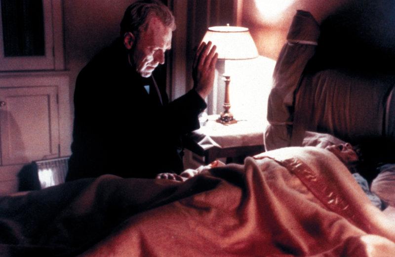 Pater Merrin (Max von Sydow) versucht Regan (Linda Blair) den Teufel auszutreiben. – Bild: TMG