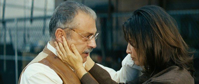 Haluk Bilginer als Hadji und Gina Gershon als Maria – Bild: StarTV