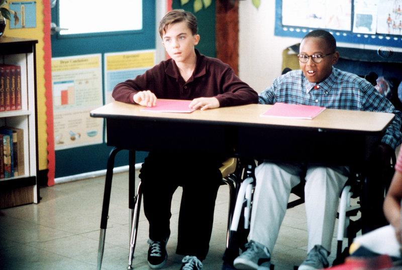 Malcolm (Frankie Muniz, li.) und Stevie (Craig Lamar Traylor) folgen gespannt dem Unterricht. – Bild: ORF 1