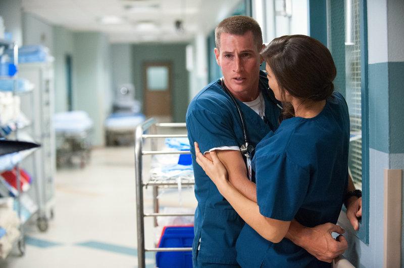 Dr. Krista Bell-Hart (Jeananne Goosen) lässt ihren Gefühlen für Dr. Drew Alister (Brendan Fehr) freien Lauf und küsst ihn. Wird ihr Drew von seiner Beziehung zu einem Mann erzählen? – Bild: MG RTL D / Sony Pictures Television