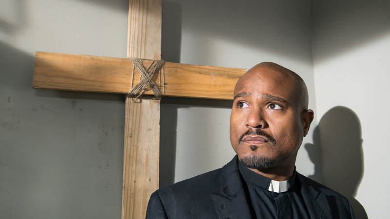 Seth Gilliam as Father Gabriel - Photo Credit: Gene Page/AMCSeth Gilliam as Father Gabriel - Photo Credit: Gene Page/AMC – Bild: RTL Zwei