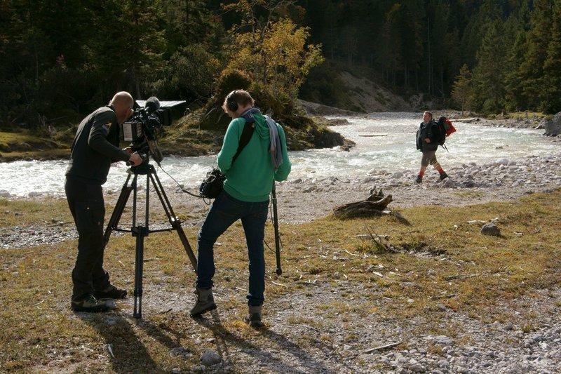 Das Team beim Dreh im Hinterautal im Karwendel mit Reporter Harald Grill. – Bild: BR/Jürgen Eichinger