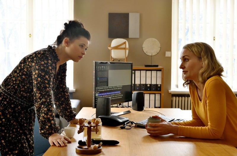 Romy (Christina Athenstädt, r.) merkt sehr wohl, dass Ada (Anna Fischer, r.) zögert, Ihren Ausblldungsvertrag zu unterschreiben. – Bild: ARD/Hardy Spitz