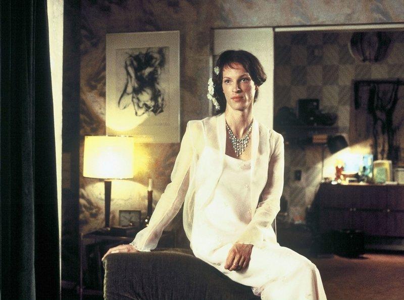 Agnes (Martin Weiß) trifft ihre große Liebe Henry wieder in dem Hochzeitskleid, das sie sich damals für ihn machen ließ, kurz bevor er sie verlassen hat. – Bild: WDR