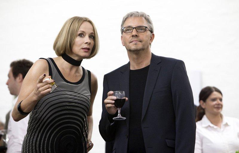 Galeristin Maria Hansen (Katja Riemann) mit Frieder von Rade (Olli Dittrich) bei einer Vernissage. – Bild: ZDF und ARD Degeto/UFA Cinema