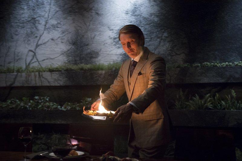 Hannibal (Mads Mikkelsen) spielt mit dem Feuer und besiegelt so das Schicksal einer Patientin ... – Bild: 2013 NBCUniversal Media, LLC / Brooke Palmer Lizenzbild frei