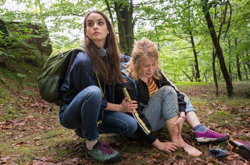 Emmy (Anna Bachmann, re.) hat sich beim Wandern verletzt. Ihre Freundin Clara (Luise Befort) versucht zu helfen. – Bild: MDR/MOLINA FILM/Steffen Junghans