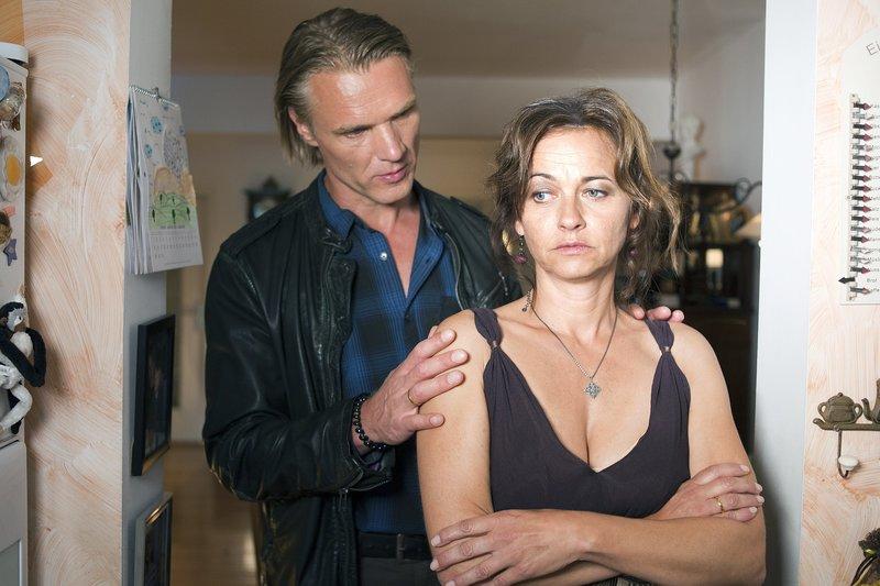 Eva Wiegand (Eva Blum) hält ihre Rolle als Frau eines Polizisten nicht mehr aus und möchte die Scheidung von ihrem Mann Andreas (Markus Gertken). – Bild: ZDF und Oliver Feist